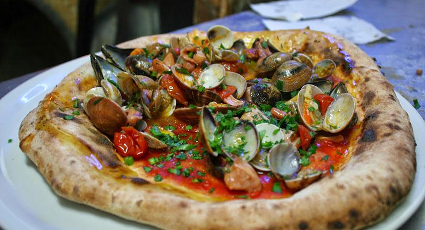 Napoli, pizza ai frutti di mare